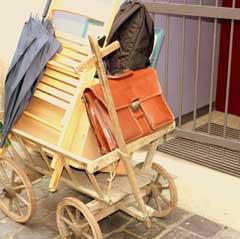 Leiterwagen mit Schirm,Tasche und Rucksack