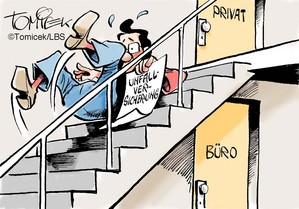 Mann fällt eine Treppe hinunter