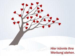 Baum mit roten Herzen im Schnee